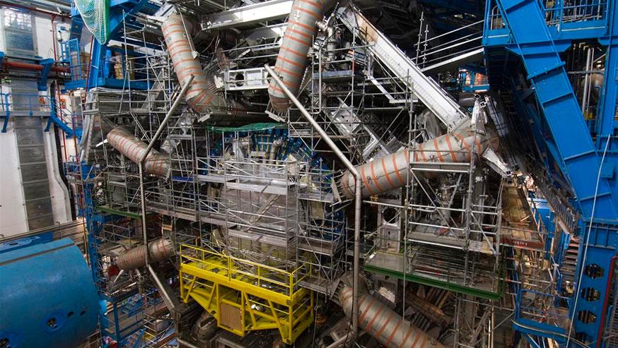 Le système magnétique du détecteur ATLAS du CERN comprend 8 énormes aimants supraconducteurs (tuyaux gris)