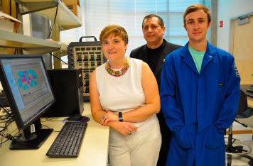 Mihrimah Ozkan, Cengiz Ozkan et Zachary Favors dans leur laboratoire