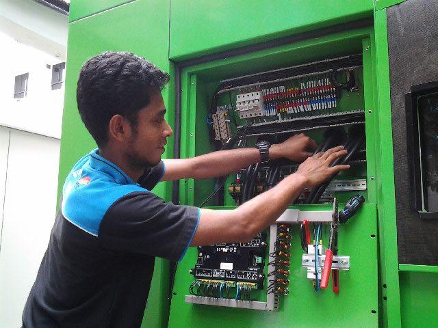 Un technicien de Win Bridge pendant l'installation du groupe électrogène INMESOL