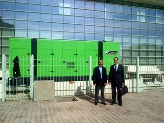 le directeur de SEEI et le responsable des Ventes d'Inmesol en Afrique, devant l'équipement installé au Centre hospitalier international Carthagène.