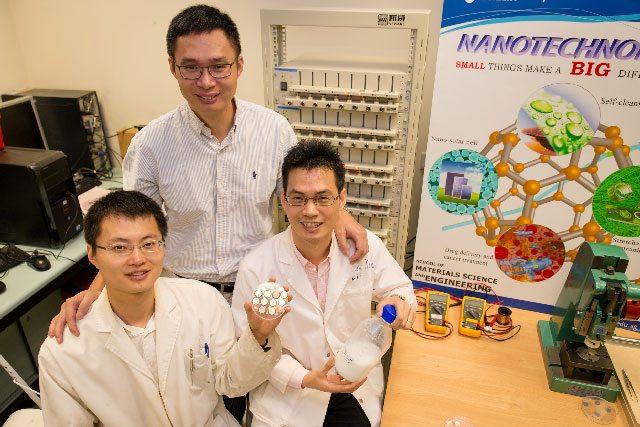 Le professeur Chen Xiaodong (debout) et les chercheurs Tang Yuxin et Deng Jiyang