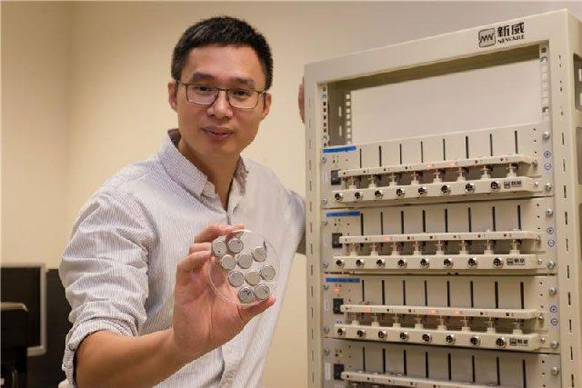 Le professeur Chen Xiaodong tient à la main la batterie à recharge ultrarapide