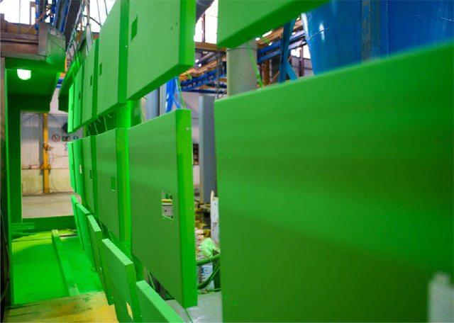 Pièces de carrosseries Inmesol pendant les opérations de peinture.