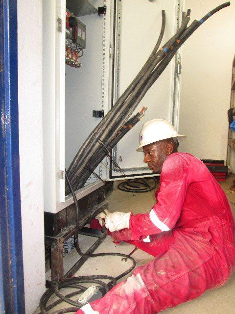 Un technicien de GES pendant l'installation du groupe électrogène à l'aéroport de Douala