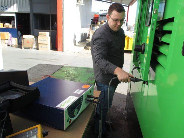 Prise de mesures entre les différentes parties métalliques de l'enveloppe du groupe électrogène et la borne principale de protection.