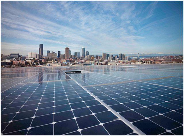 Les panneaux solaires du toit du bâtiment.