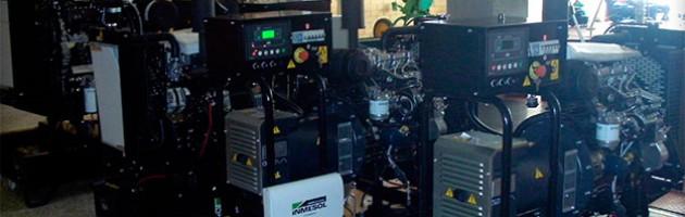 Plusieurs groupes électrogènes en version ouverte avec centrale de contrôle numérique