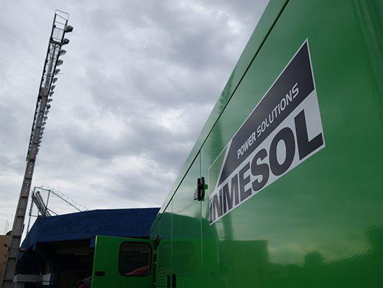 Groupe électrogène INMESOL mod. II-440 à côté des lampadaires qu'il alimente