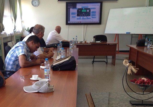Ing. Hakan Ericsson en train de montrer les possibilités des unités de contrôle DEEP SEA