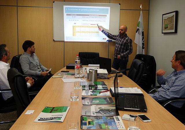 Sergio Frutos et Antonio Escudero du Département d'Ingénierie et Après-Vente d'INMESOL assistant à la journée