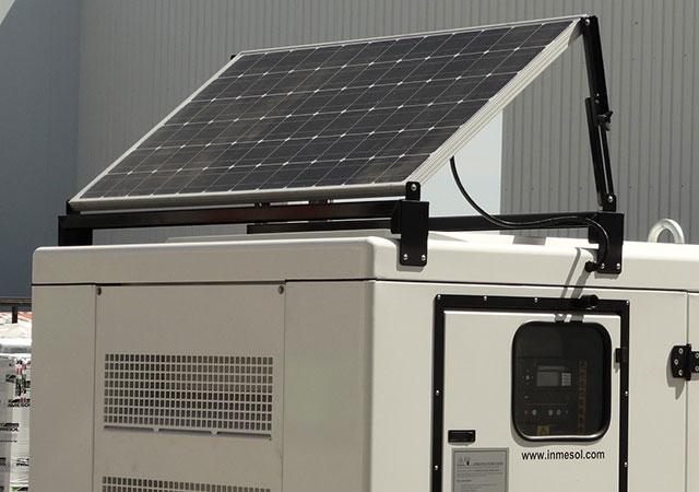 Le panneau solaire qui alimente le chargeur des batteries