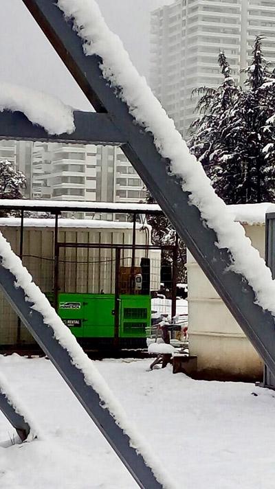 Le groupe électrogène modèle IK-033 dans la cour arrière d'une pharmacie de Santiago de Chile