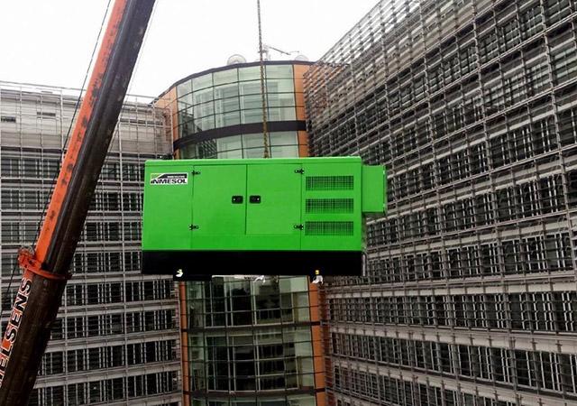 Le Groupe électrogène de secours INMESOL modèle II-110 s'élevant jusqu'au toit du bâtiment Berlaymont