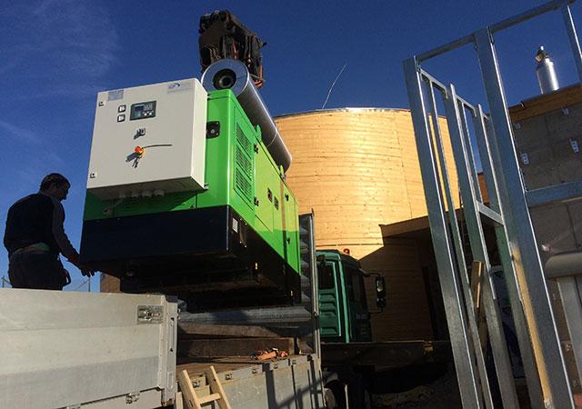 Arrivée du groupe électrogène INMESOL modèle II-066 pour son installation à côté du château d'eau